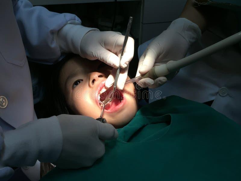 Dzieciak ma usta checkup w stomatologicznej klinice zdjęcie stock