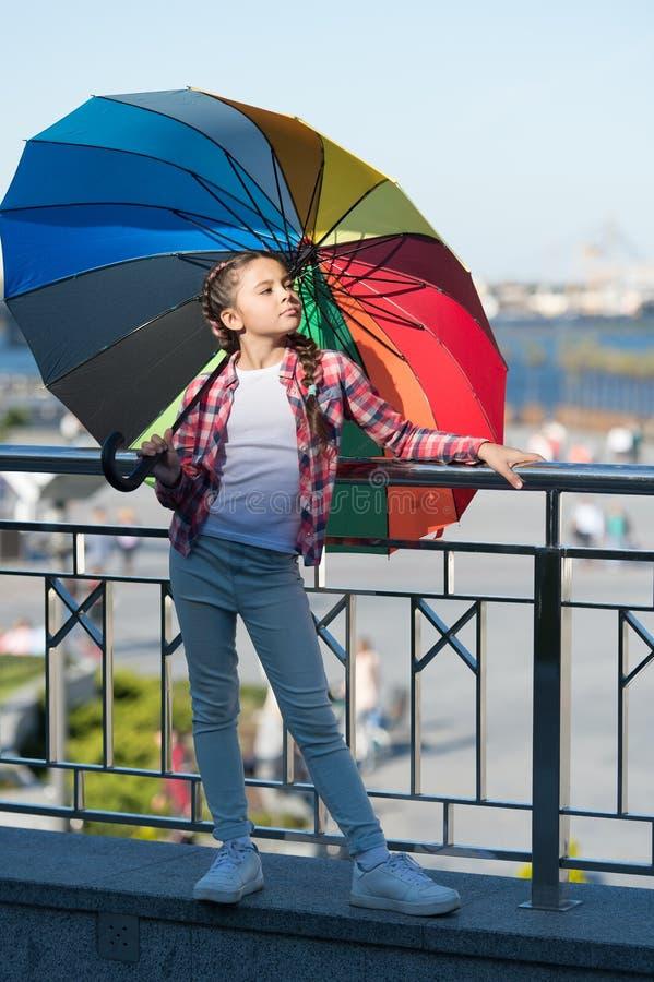 dzieciak modna Kolorowy akcesorium Dziewczyny uroczego dziecka długie włosy odprowadzenie z parasolem Pozytywny i optymistycznie  obraz stock