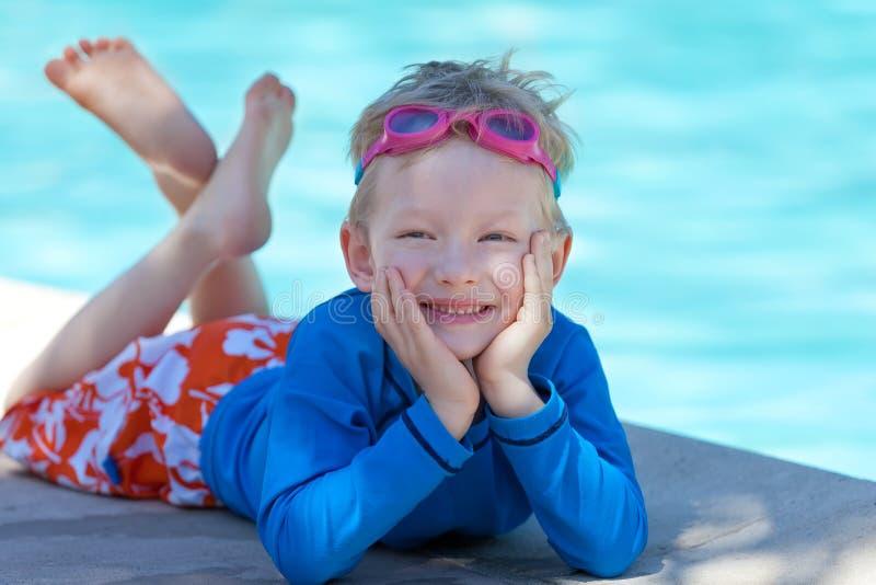 Dzieciak pływackim basenem obraz stock