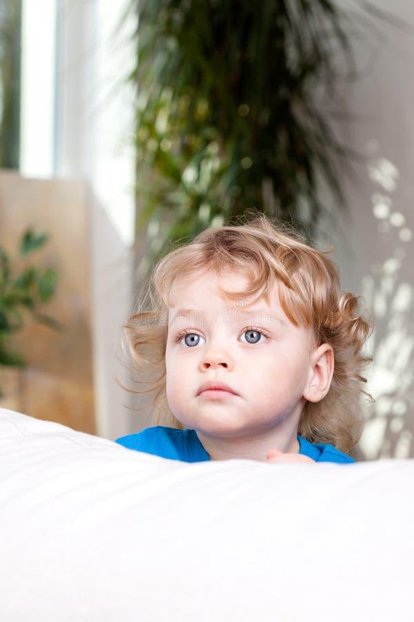 Dzieciak patrzeje w odległości zdjęcie royalty free