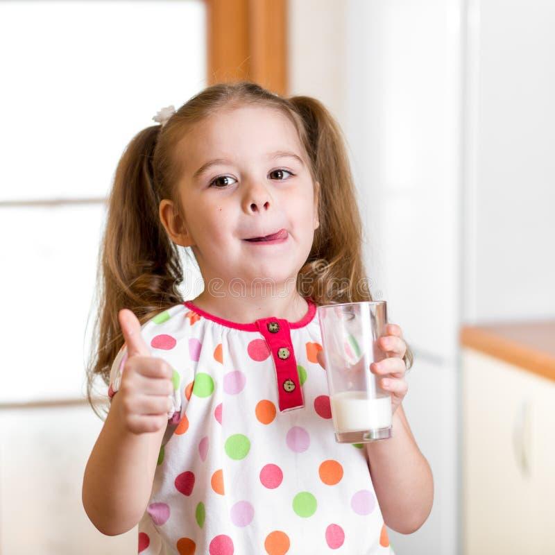 Dzieciak pije mleko od szkła obrazy stock