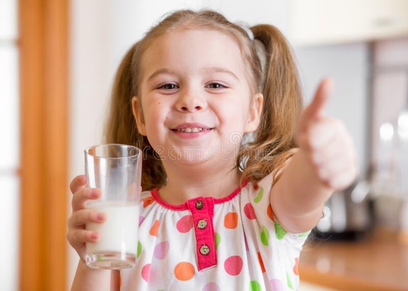 Dzieciak pije mleko od szkła obrazy royalty free