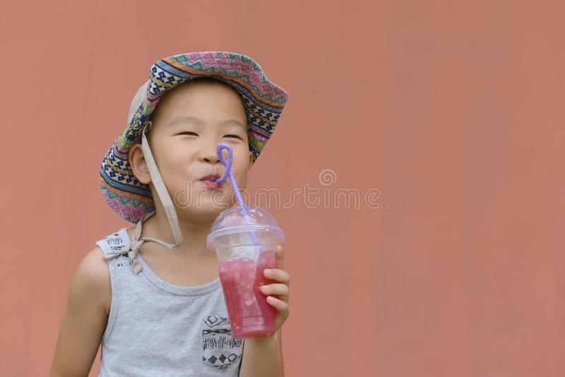 Dzieciak pije zimnego napój zdjęcie stock