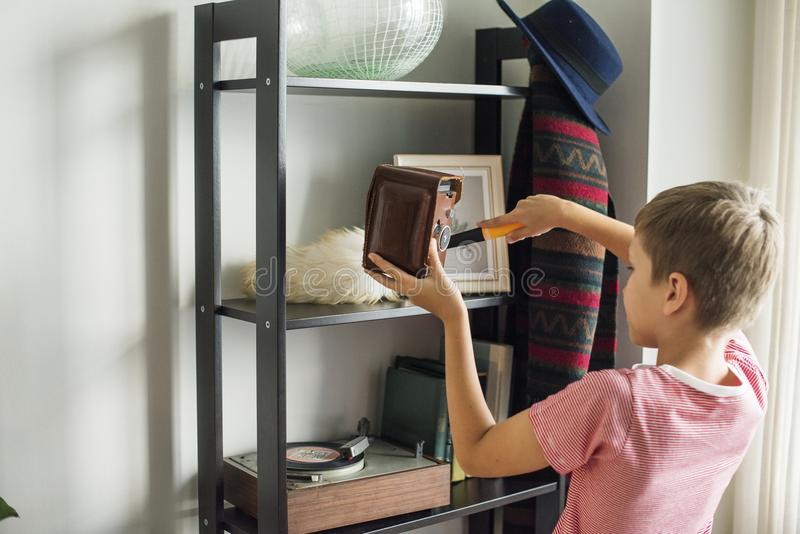 Dzieciak pomaga odkurzający domowych obowiązek domowy zdjęcia royalty free