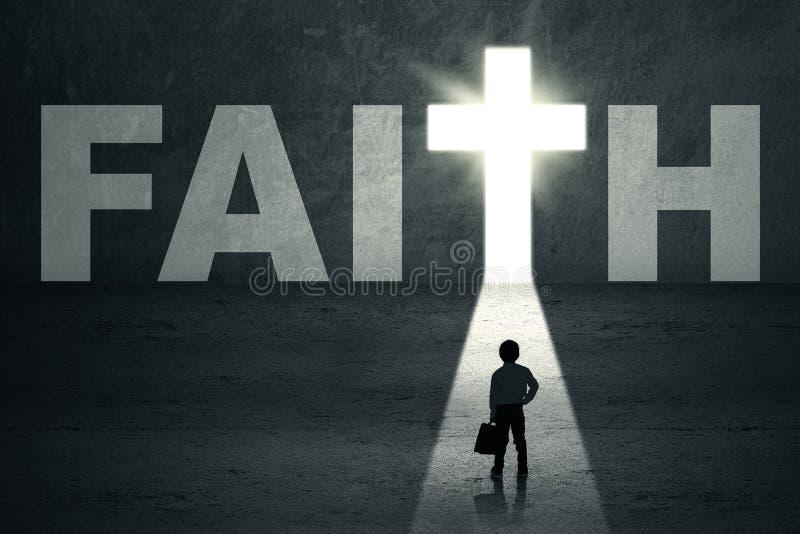 Dzieciak pozycja w wiary drzwi obraz stock