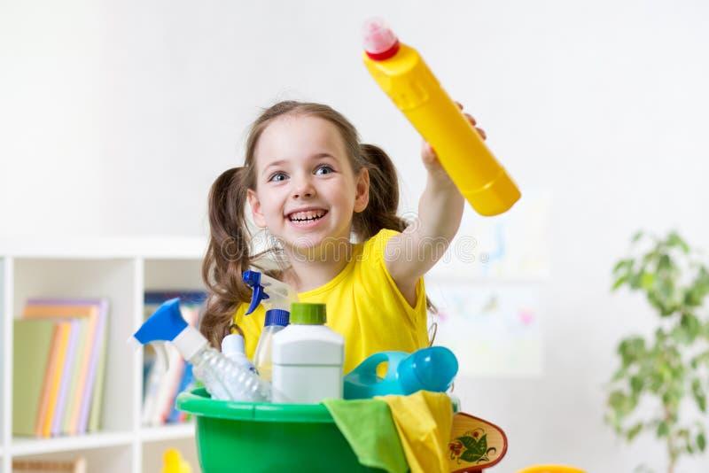 Dzieciak przygotowywający izbowy cleaning zdjęcia stock