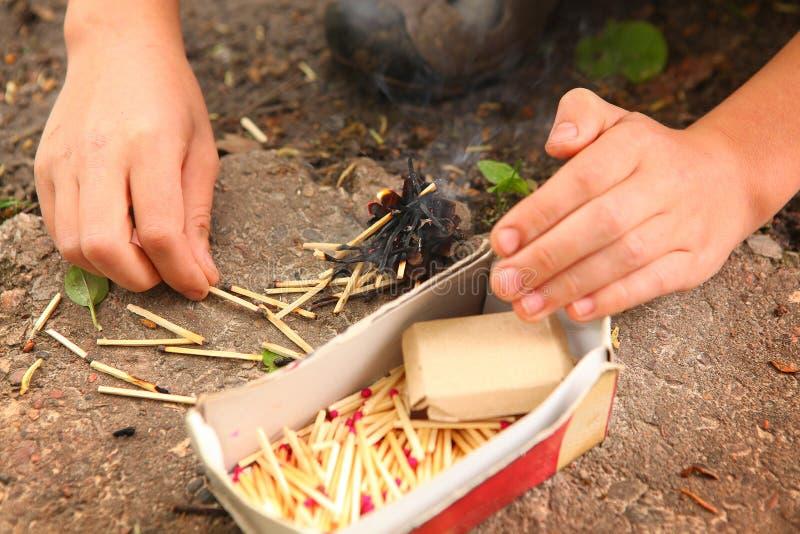 Dzieciak ręki sztuka z pudełkiem dopasowania zdjęcie royalty free