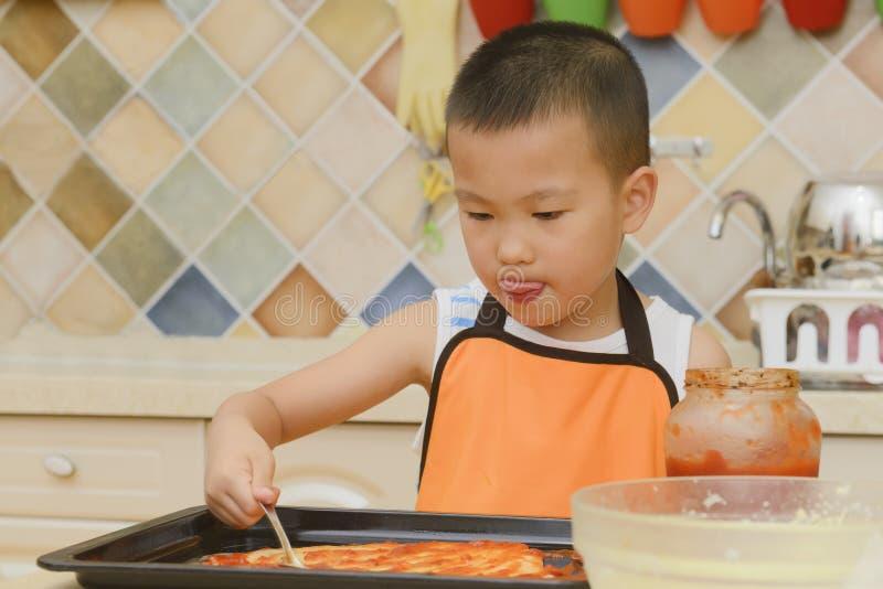 Dzieciak robi pizzy obrazy stock