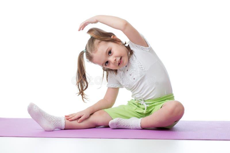 Dzieciak robi sprawności fizycznych ćwiczeniom obrazy stock