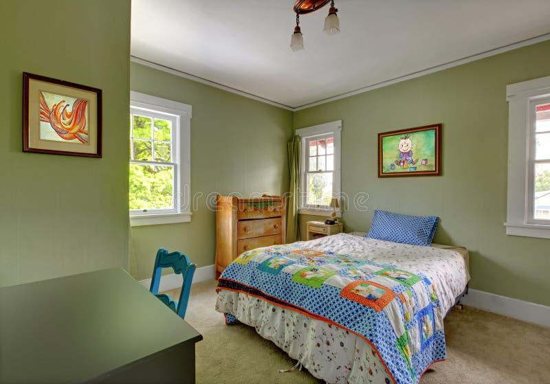Dzieciak sypialnia z biurka i zieleni ścianami. obraz royalty free