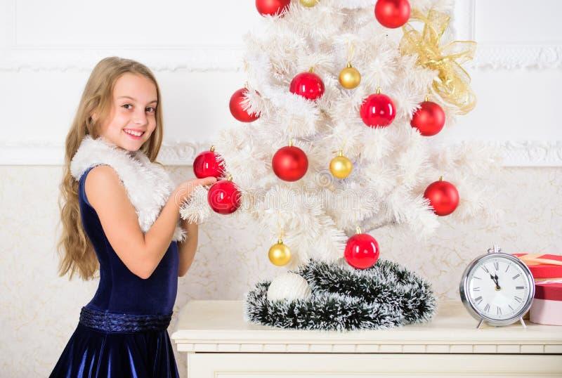 Dzieciak szczęśliwy ponieważ sezon wakacyjny przyjeżdża Zima wakacje pojęcie Rodzinny wakacyjny pojęcie Dziewczyna aksamita sukni obrazy stock