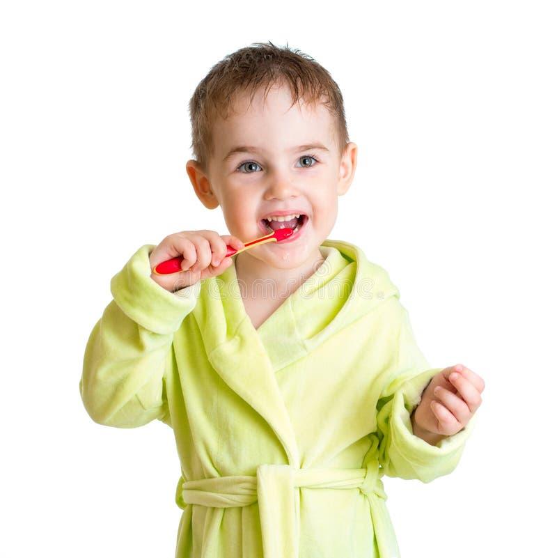 Dzieciak szczotkuje zęby odizolowywających obrazy stock