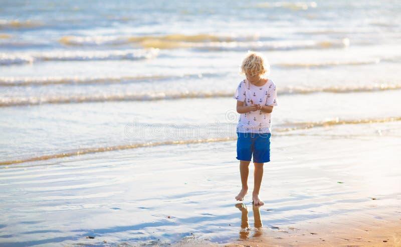 Dzieciak sztuka na tropikalnej pla?y Piaska i wody zabawka obraz royalty free