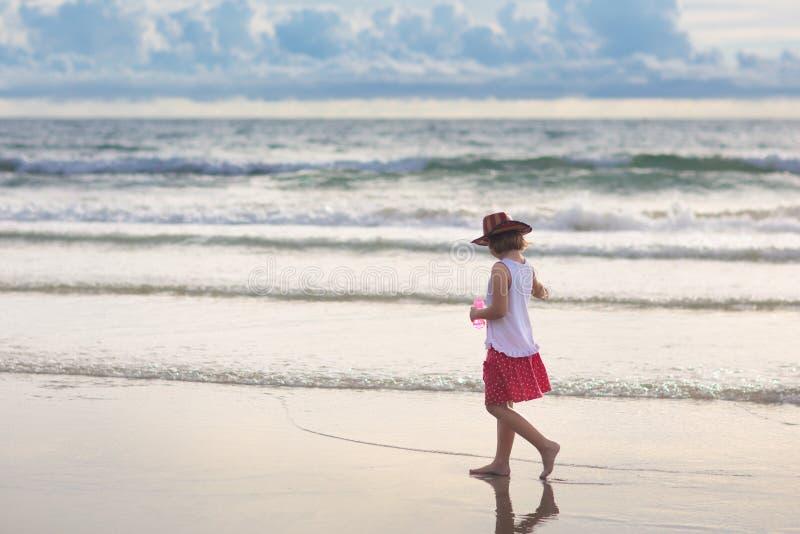 Dzieciak sztuka na tropikalnej pla?y Piaska i wody zabawka obrazy stock