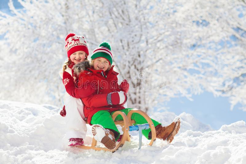 Dzieciak sztuka w śniegu Zimy sania przejażdżka dla dzieci obrazy royalty free