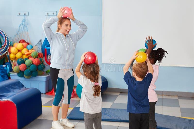 Dzieciak sztuka z piłkami w gym obraz royalty free