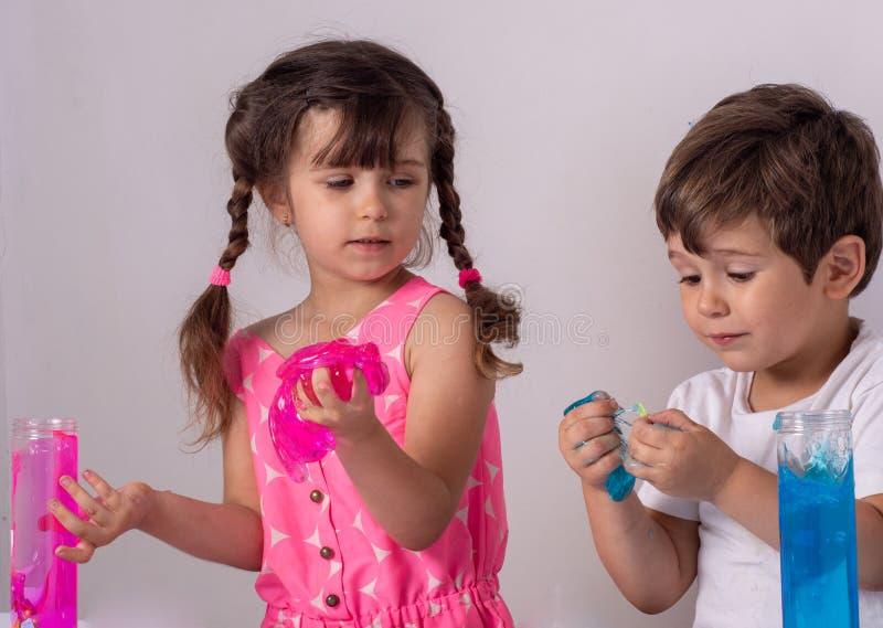 Dzieciak sztuka z szlamowym Chłopiec rozciągliwości handgum lub zabawka szlamowi zdjęcie stock