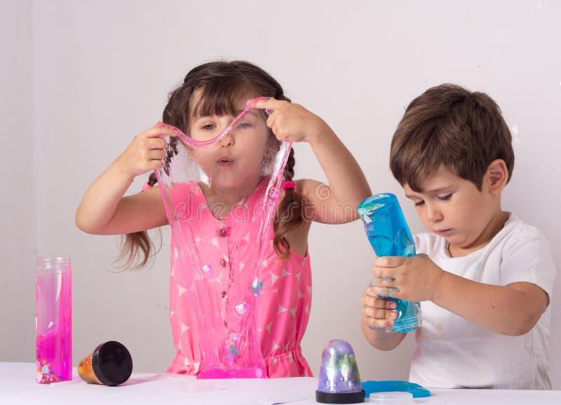 Dzieciak sztuka z szlamowym Chłopiec rozciągliwości handgum lub zabawka szlamowi zdjęcia stock