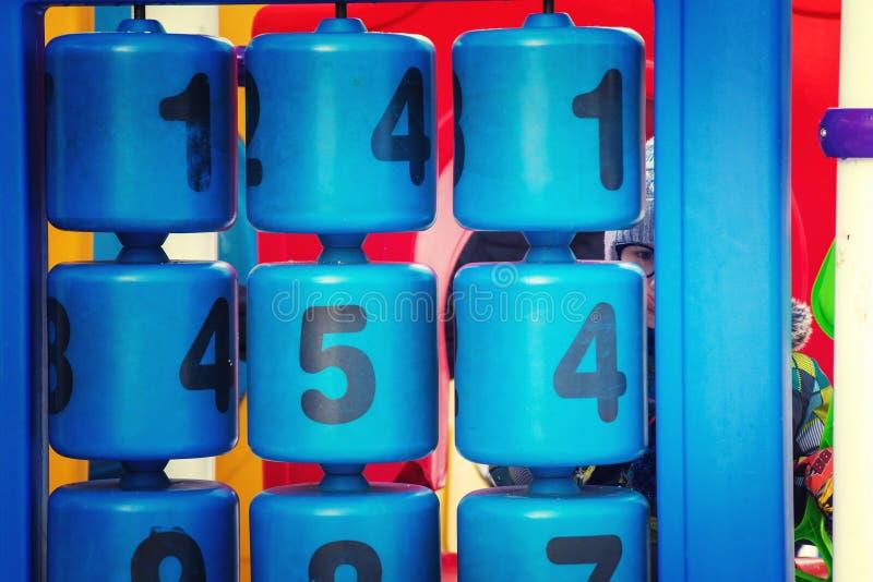 Dzieciak sztuki z liczbami na boisku zdjęcie stock