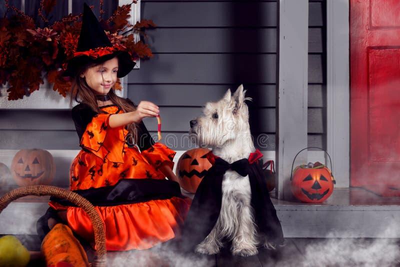 Dzieciak w Halloween czarownicy kostiumowym przygotowywającym dla Halloween fotografia stock