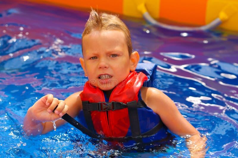 Dzieciak w kamizelce przy basenem obrazy royalty free