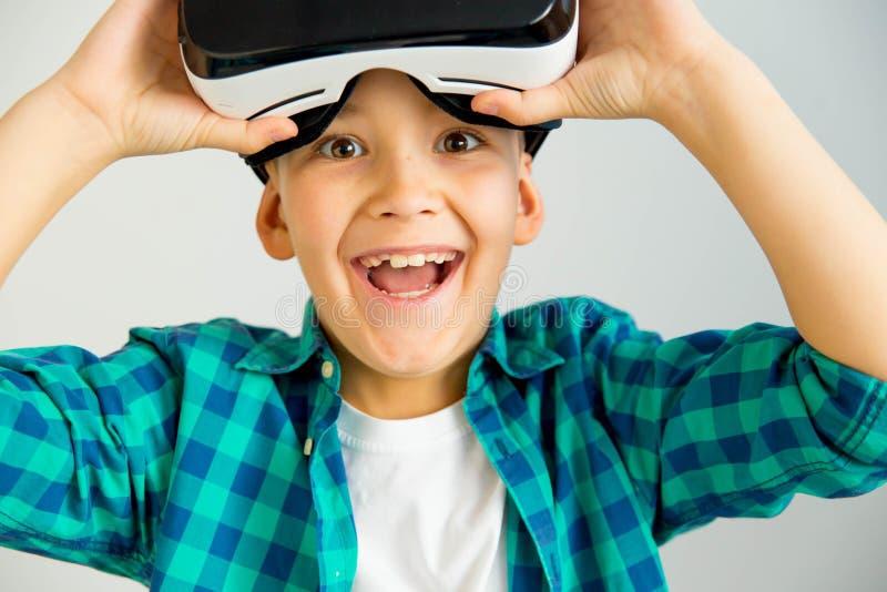 Dzieciak w VR słuchawki zdjęcia stock