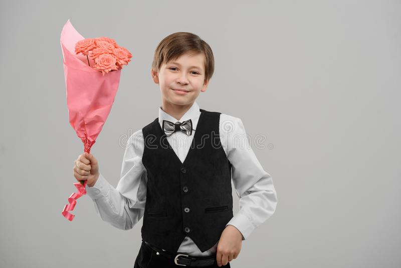 Dzieciak z bukietem kwiaty obrazy royalty free