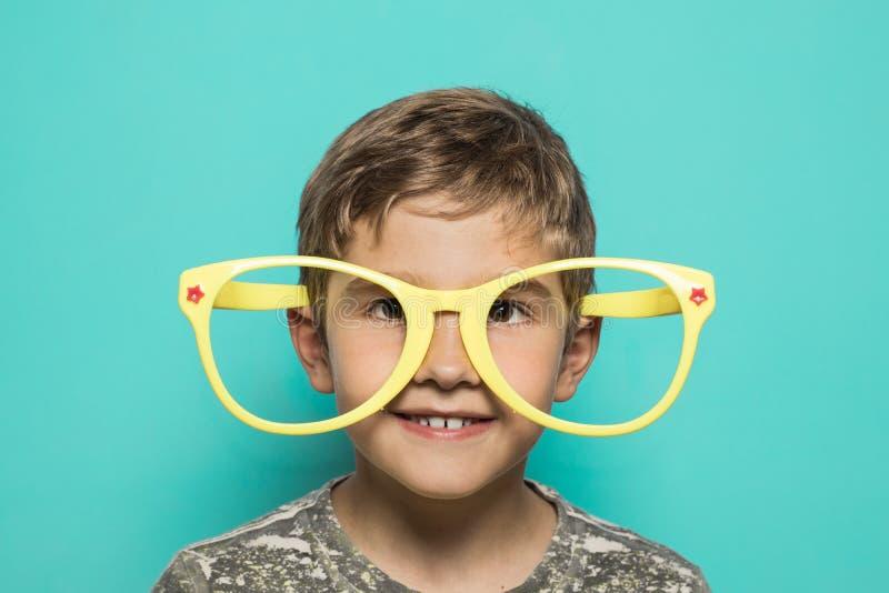 Dzieciak z dużymi śmiesznymi szkłami obraz stock