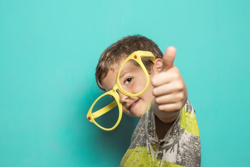 Dzieciak z dużymi śmiesznymi szkłami zdjęcia royalty free