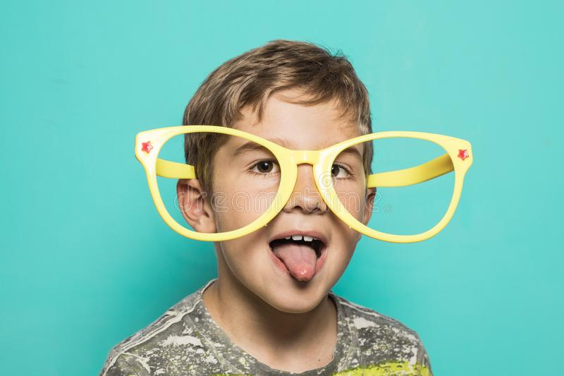 Dzieciak z dużymi śmiesznymi szkłami zdjęcie royalty free