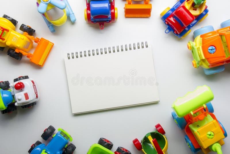 Dzieciak zabawek edukacyjna rozwija rama na białym tle Odgórny widok Mieszkanie nieatutowy Odbitkowa przestrzeń dla teksta obraz royalty free