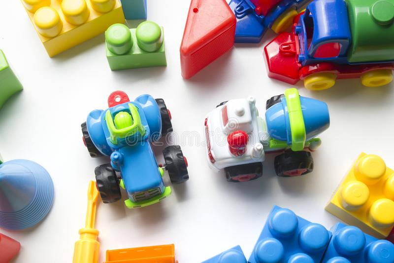 Dzieciak zabawek edukacyjna rozwija rama na białym tle Odgórny widok Mieszkanie nieatutowy Odbitkowa przestrzeń dla teksta obrazy stock