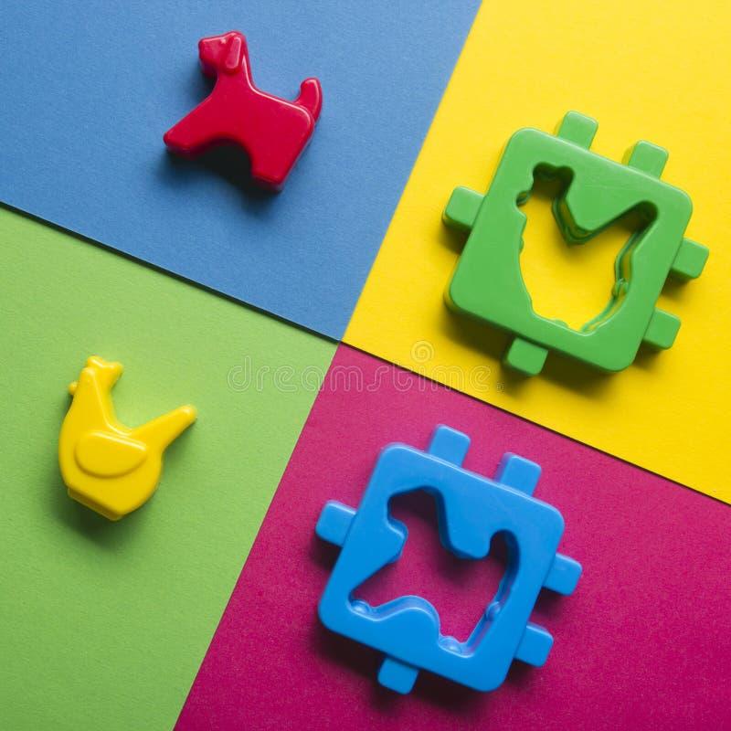 Dzieciak zabawek edukacyjna rozwija rama na kolorowym tle Odgórny widok Mieszkanie nieatutowy Odbitkowa przestrzeń dla teksta obrazy stock