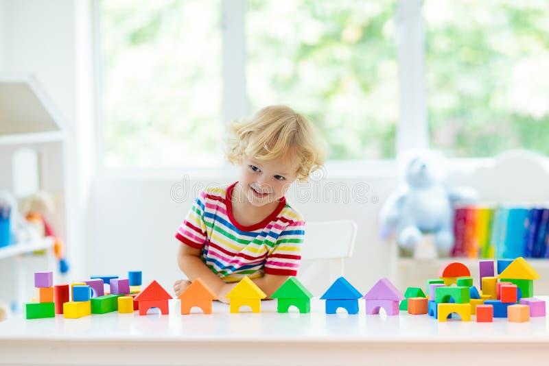 Dzieciak zabawki Dziecko budynku wierza zabawkarscy bloki obraz stock