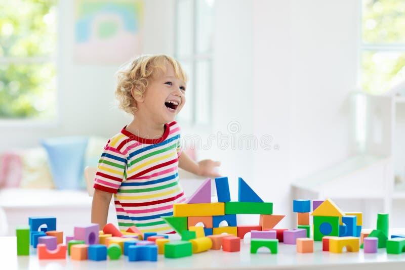 Dzieciak zabawki Dziecko budynku wierza zabawkarscy bloki obrazy royalty free