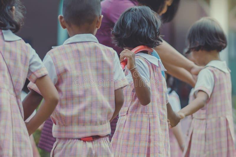 Dzieciaka ćwiczenie z hoola obręczem obraz stock