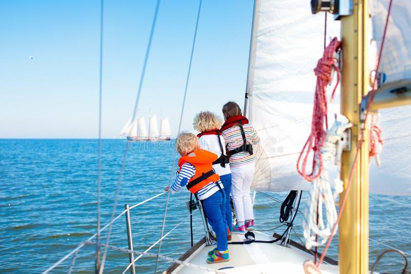 Dzieciaka żagiel na jachcie w morzu Dziecka żeglowanie na łodzi zdjęcia stock