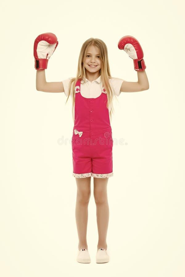 Dzieciaka bokser przygotowywaj?cy walczy? Szcz??liwa dziewczyna w bokserskich r?kawiczkach odizolowywa? na bielu Ma?e dziecko bok zdjęcie stock