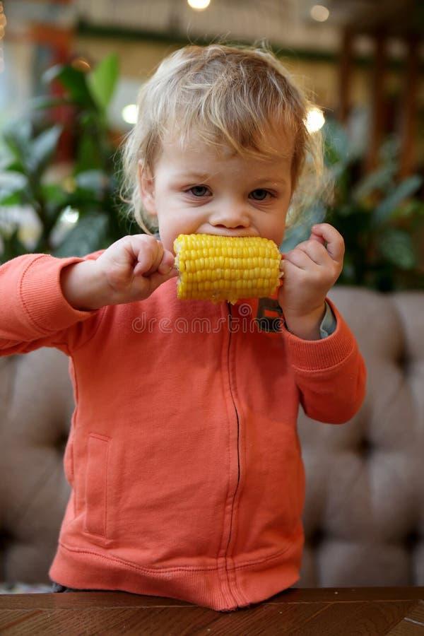 Dzieciaka cob zjadliwa kukurudza zdjęcia royalty free