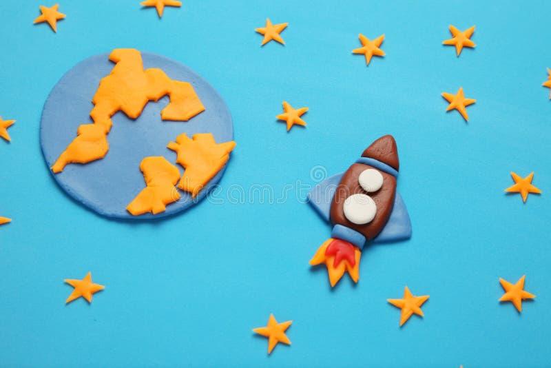 Dzieciaka dziecka rakieta w przestrzeni, przygodzie i nauce, Gwiazdy i ksi??yc, Plasteliny sztuka, kresk?wka zdjęcie stock