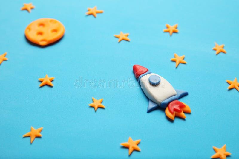 Dzieciaka dziecka rakieta w przestrzeni, przygodzie i nauce, Gwiazdy i ksi??yc, Plasteliny sztuka, kresk?wka zdjęcia royalty free