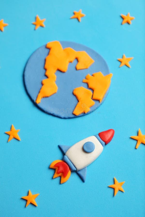 Dzieciaka dziecka rakieta w przestrzeni, przygodzie i nauce, Gwiazdy, planety ziemia Plasteliny sztuka, kresk?wka obraz royalty free
