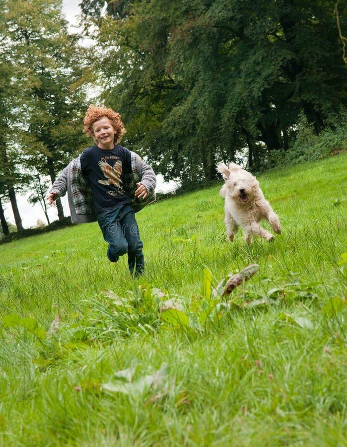 Dzieciaka i psa bieg obraz royalty free