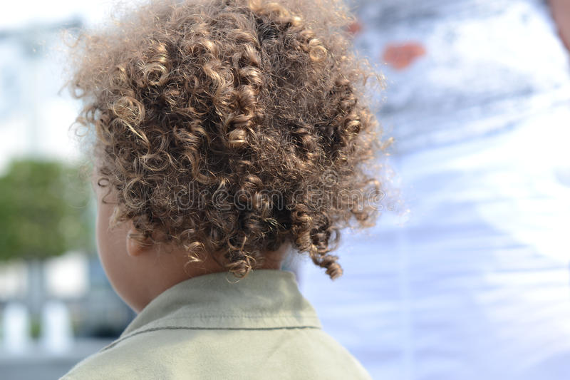 Dzieciaka kędzierzawego włosy plecy 2 zdjęcia stock