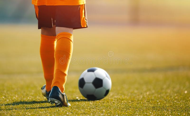 Dzieciaka Młodzieżowego futbolu sesja szkoleniowa Piłki nożnej szkolenie dla dziecka obraz royalty free