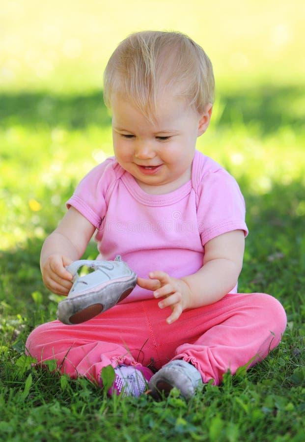 Dzieciaka obsiadanie na trawie zdjęcia stock