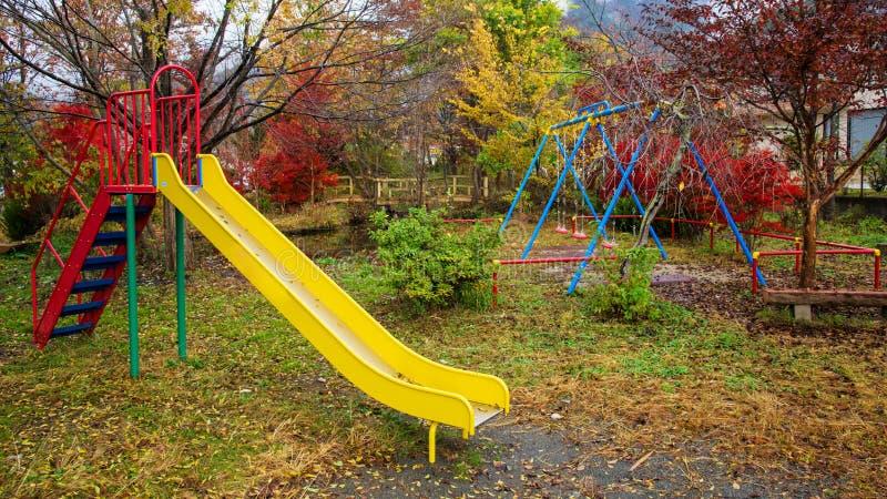 Dzieciaka plenerowy boisko z jesień kolorem fotografia royalty free