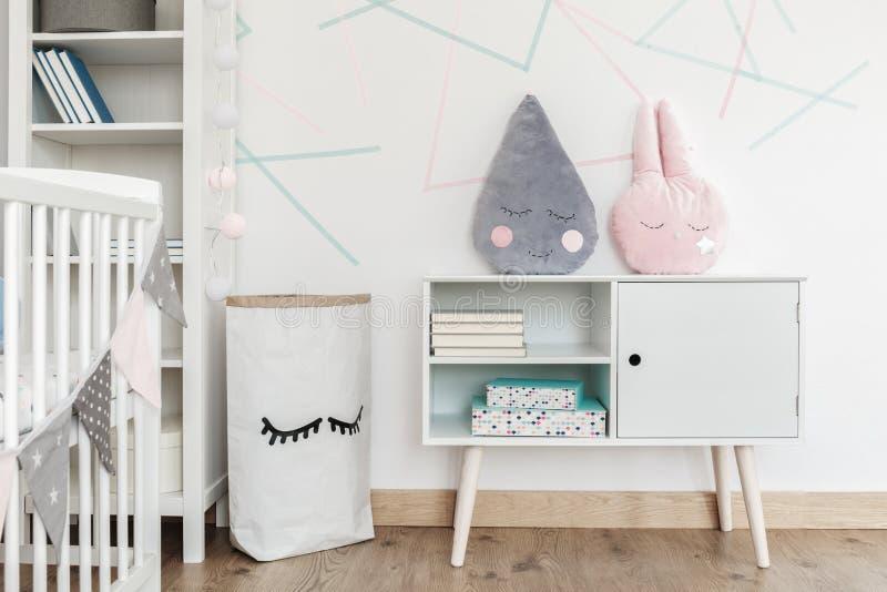 Dzieciaka ` s pokój z papierową torbą zdjęcia stock