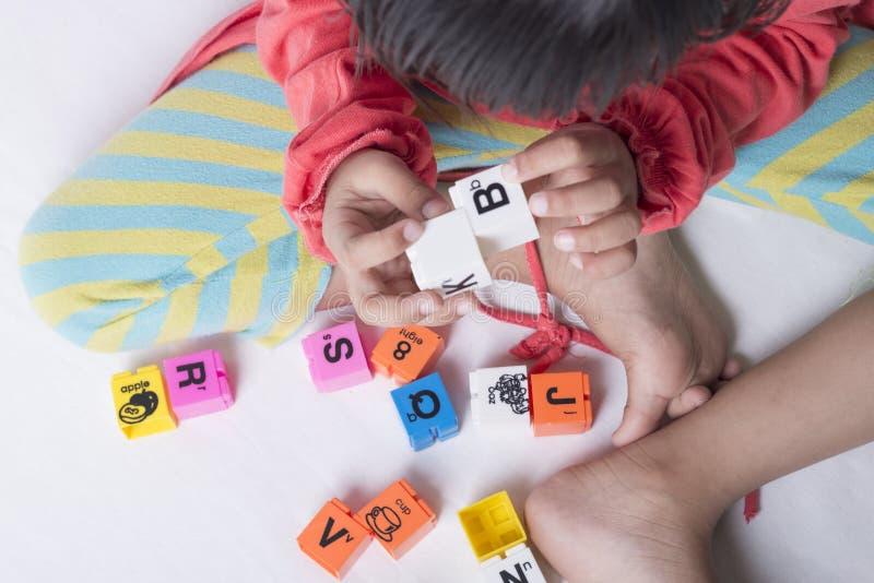 Dzieciaka ` s wręcza plug and play abecadło zabawki obraz royalty free