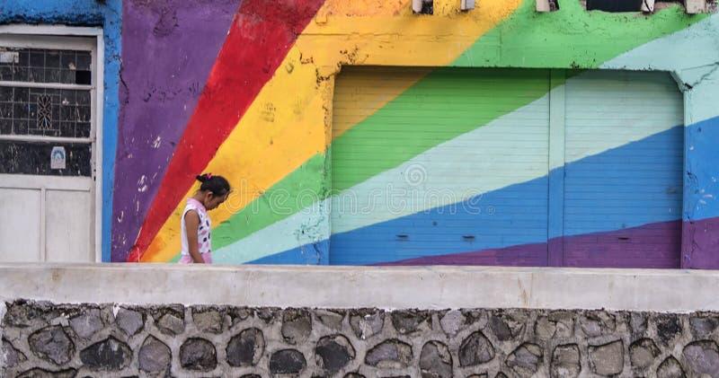 Dzieciaka spaceru tęczy przelotny malowidło ścienne, Semarang Indonezja zdjęcia royalty free